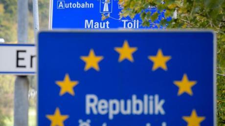 Ein Schild weist an der Autobahn bei Kufstein in Tirol auf die in Österreich geltende Maut hin.