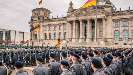 Rekrutinnen und Rekruten der Bundeswehr beim großen öffentlichen Gelöbnis vor dem Reichstagsgebäude. Foto: Michael Kappeler/dpa