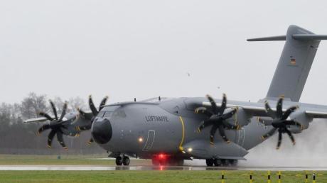 Problemflugzeug: Der Airbus A400M hat erneut technische Mängel. Foto: Holger Hollemann/dpa