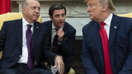 Donald Trump (r), Präsident der USA, und Recep Tayyip Erdogan (l), Präsident der Türkei, treffen sich im «Oval Office» des Weißen Hauses.