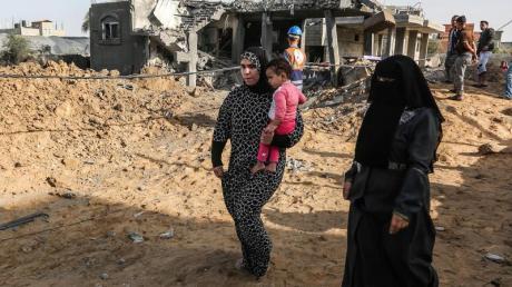 Palästinenser inspizieren ein beschädigtes Haus, das bei einem israelischen Luftangriff in Rafah im südlichen Gazastreifen zerstört wurde.