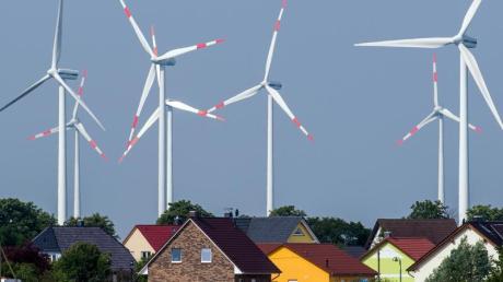 Ziemlich nah beieinander: Windräder und Einfamilienhäuser nahe Nauen in Brandenburg. Foto: Patrick Pleul/dpa-Zentralbild/dpa