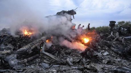 Brennende Trümmer der Boeing 777 der Malaysia Airlines liegen nahe Donezk in der östlichen Ukraine. Foto: Alyona Zykina/epa/dpa