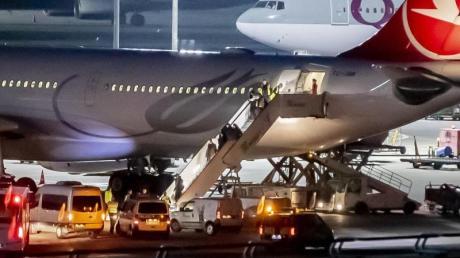 Mitglieder der aus der Türkei abgeschobenen Famile werden am Flughafen Tegel von der Polizei in Empfang genommen. Foto: Christoph Soeder/dpa