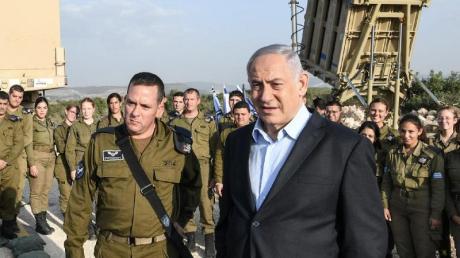Benjamin Netanjahu (vorne,r), Premierminister von Israel, inspiziert das israelische Raketenabwehrsystem Iron Dome.