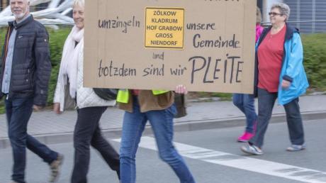 Hunderte Einwohner aus Gemeinden Mecklenburg-Vorpommerns protestieren gegen den weiteren Ausbau der Windkraft. Foto: Jens Büttner/zb/dpa