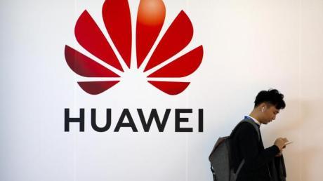 Das Logo des chinesischen Technologiekonzerns Huawei auf einem Messegelände in Peking. Foto: Mark Schiefelbein/AP/dpa