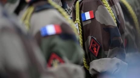 Ärmelabzeichen von Soldaten eines französischen Infanterieregiments. Foto: Patrick Seeger/dpa