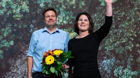 Robert Habeck und Annalena Baerbock sind auf dem Parteitag von Bündnis 90/Die Grünen mit deutlichem Ergebnis als Bundesvorsitzende wiedergewählt worden.