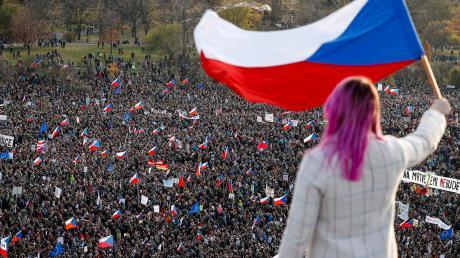 Rund 250 000 Menschen protestieren in Prag gegen die Politik des populistischen Ministerpräsidenten Andrej Babis. 30 Jahre nach der Samtenen Revolution fürchten sie um die Zukunft von Demokratie und Rechtsstaatlichkeit in Tschechien.