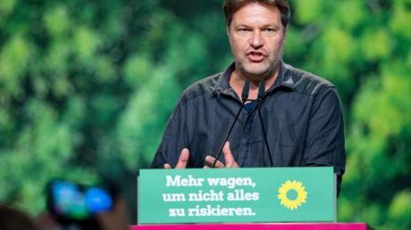 Robert Habeck spricht beim Bundesparteitag der Grünen in Bielefeld. Foto: Guido Kirchner/dpa