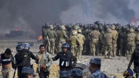 In Sacaba gehen bolivianische Sicherheitskräfte gegen Anhänger des ehemaligen Präsidenten Evo Morales vor. Foto: Dico Solis/AP/dpa
