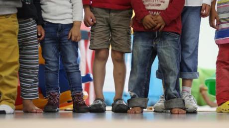 Die Zahl der von Armut gefährdeten Kinder ist leicht gesunken, bei von Gewalt und Vernachlässigung gefährdeten gibt es jedoch einenAnstieg. Foto: Christian Charisius/dpa