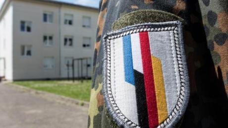 Ein Soldat der deutsch-französischen Brigade in Illkirch bei Straßburg, wo der terrorverdächtige Oberleutnant Franco A. stationiert war. Foto: Patrick Seeger/dpa
