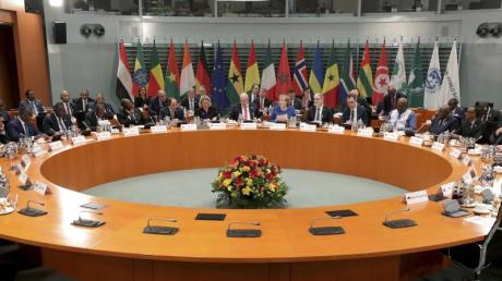 Am runden Tisch:Bundeskanzlerin Angela Merkel (CDU, M.) bei der Konferenz «Compact with Africa» im Bundeskanzleramt.