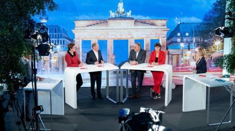 Das einzige Kandidaten-Duell vor der SPD-Stichwahl: Klara Geywitz und Olaf Scholz (linker Tisch) sowie Norbert Walter-Borjans und Saskia Esken werben vor laufender TV-Kamera um die Sympathien der Genossen.