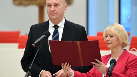 In Potsdam spricht Dietmar Woidke neben Landtagspräsidentin Ulrike Liedtke den Amtseid. Foto: Monika Skolimowska/dpa-Zentralbild/dpa