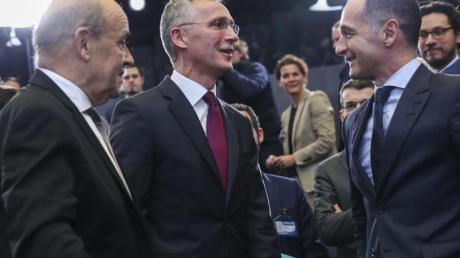 Bundesaußenminister Heiko Maas (r) spricht beim Nato-Außenministertreffen mit seinem französischen Amtskollegen Jean-Yves Le Drain (l) und Nato-Generalsekretär Jens Stoltenberg. Foto: Francisco Seco/AP/dpa