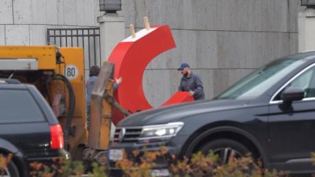 Das war es nur noch die DU: Zwei Männer schaffen den Buchstaben C aus dem Konrad-Adenauer-Haus in Berlin.