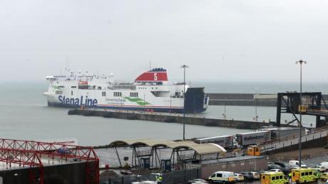 Rettungskräfte warten am Hafen von Rosslare Europort auf die Ankunft der Stena-Fähre aus Frankreich. Foto: Niall Carson/PA Wire/dpa