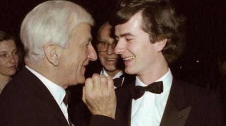 Ein Bild aus längst vergangenen Tagen: Der damalige Bundespräsident Richard von Weizsäcker spricht 1987 auf dem Ball des Sports in der Rheingoldhalle mit seinem Sohn Fritz von Weizsäcker.