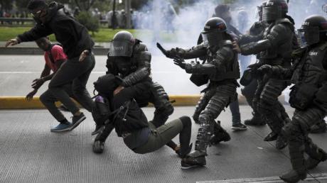 Die Polizei greift sich in Bogota einen Demonstranten.