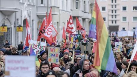Teilnehmer einer Gegendemonstration im Zentrum von Hannover.