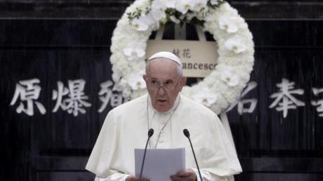 Papst Franziskus hält im Atomic Bomb Hypocenter Park in Nagasaki eine Rede.