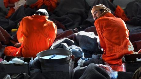 Insassen sitzen im Gefängnis im nordsyrischen Al-Hasaka. Viele der Gefangenen sind mutmaßliche IS-Anhänger.