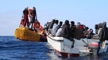 Retter von der «Ocean Viking» nähern sich vor Libyen einem Boot in Seenot mit 30 Menschen an Bord.
