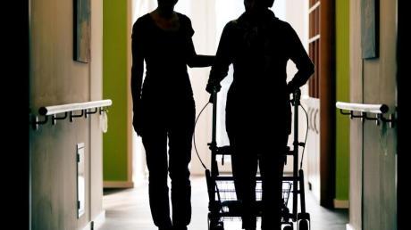 Für einen Platz im Pflegeheim müssen die Betroffenen oft tief in die Tasche greifen.