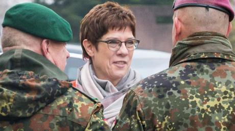 Verteidigungsministerin Kramp-Karrenbauer wird in der Graf-Werder-Kaserne in Saarlouis empfangen.