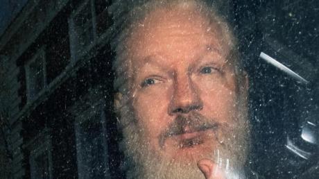 Mehr als 60 Ärzte haben britischen Medienberichten zufolge eine dringende medizinische Behandlung von Wikileaks-Gründer Julian Assange gefordert.