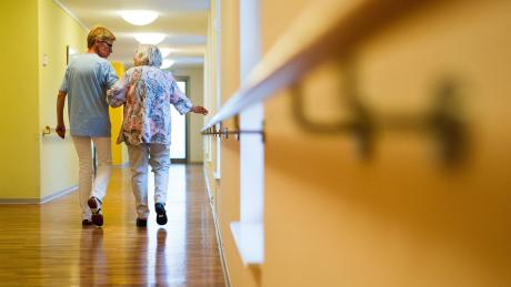 Die Pflegeversicherung übernimmt nur einen Teil der Kosten für die Versorgung älterer Menschen.