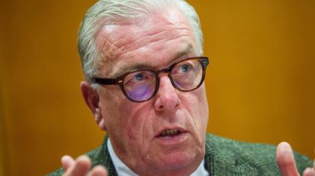 Klaus Reinhardt, Präsident der Bundesärztekammer und Facharzt für Allgemeinmedizin, unterhält sich in einem Besprechungsraum im Hauptsitz der Bundesärztekammer in Berlin.