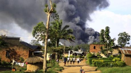 Rauch steigt aus dem Komplex der Vereinten Nationen in Beni auf.