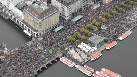 Teilnehmer der Klima-Demonstration Fridays for Future demonstrieren am Jungfernstieg für mehr Klimaschutz.