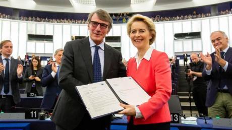 Der Präsident des Euopäischen Parlaments, David Sassoli, überreicht Ursula von der Leyen die Entscheidung des Parlaments zur Bestätigung ihrer Kommission.