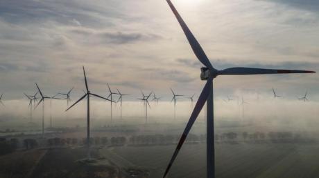 Windenergieanlagen im Morgennebel im Landkreis Oder-Spree.