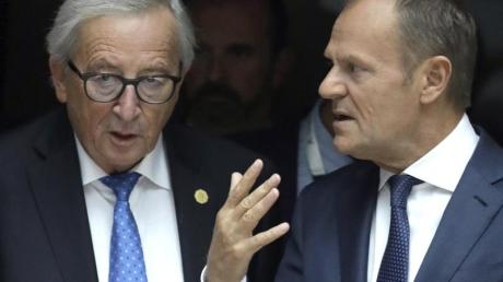 EU-Kommissionspräsident Jean-Claude Juncker (l) und Ratspräsident Donald Tusk nehmen Abschied.