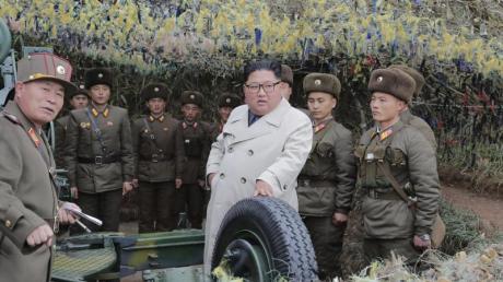 Nordkoreas Machthaber Kim Jong Un besichtigt eine Militäreinheit auf der Insel Changrin.