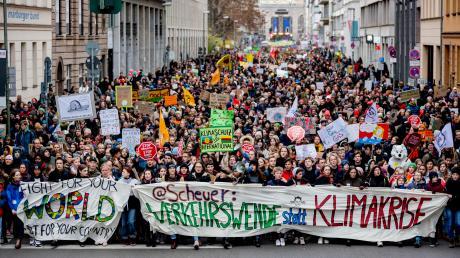 Der Demonstrationszug für mehr Klimaschutz zieht durch Berlin.