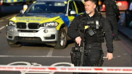 Ein Polizist am Tatort auf der London Bridge im Zentrum Londons.