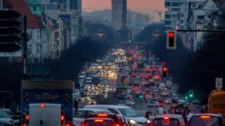 Morgendlicher Berufsverkehr in Berlin. Der Bundesrat hat Pläne aus dem Klimapaket der Bundesregierung vorerst gestoppt.