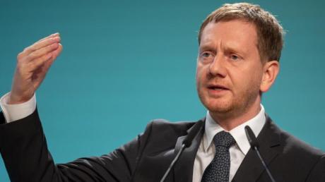 Der sächsische Ministerpräsident Michael Kretschmer (CDU) hat sich mit Grünen und SPD auf einen Koalitionsvertrag geeinigt. Die Zustimmung aus den Parteien steht noch aus.