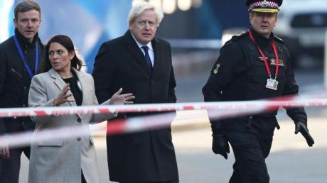 Boris Johnson zusammen mit Innenministerin Priti Patel und Polizisten am Ort der Bluttat auf der London Bridge.