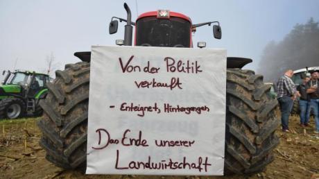 Bauern sammeln sich in der Nähe des Autobahnkreuzes Bayreuth/Kulmbach, um gegen die Agrarpolitik der Bundesregierung zu protestieren.