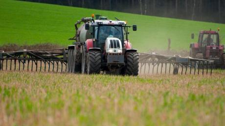 Die Freien Wähler setzen sich für die Bauern ein und kritisieren die schärfere Düngeverordnung.
