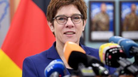 Annegret Kramp-Kartenbauer spricht zu den Journalisten im Hauptquartier des deutschen Einsatzkontingents Kosovo Force (KFOR).