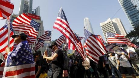 Demonstranten marschieren während einer Kundgebung zum US-Konsulat, um an US-Präsident Trumps' Unterstützung zu appellieren.